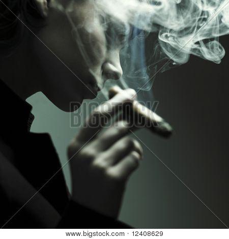 Tabaco de fumar de mujer. Foto de fashion Studio