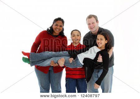 Familia sobre fondo blanco que lleva un niño