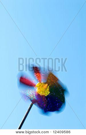 High-Speed-gedrehte Nadelrad (Wind-Spielzeug) bei clear blue sky