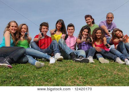 Grupo diversos adolescentes con celulares o teléfonos móviles