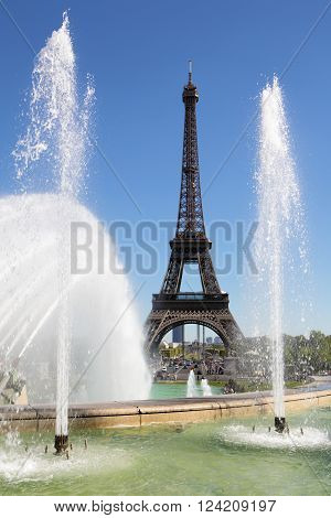 Eiffel Tower looking through trocadero fountains with water spray