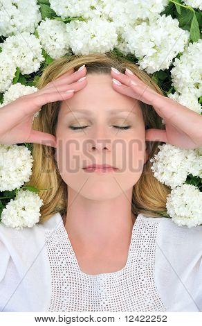 Mujer joven en flores - bolas de nieve