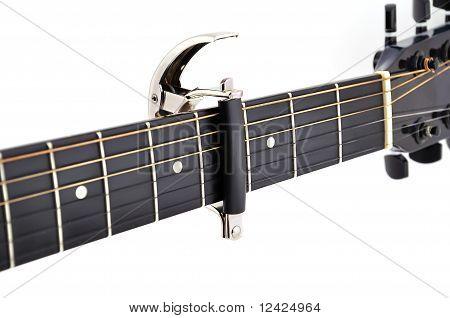 Kapodastr atascado en una guitarra