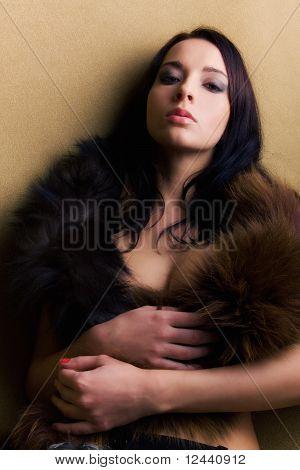 Lujuria atractivo Glamour Girl con Boa marrón