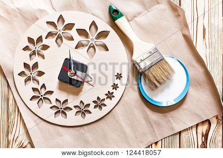 Master Class. Watch handmade. Step by step instructions for the manufacture of clocks. Round base made of plywood with decorative holes. Mechanism for hours with arrows, brush and white acrylic paint.