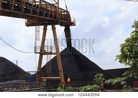See conveyor filling barge from behind of jetty