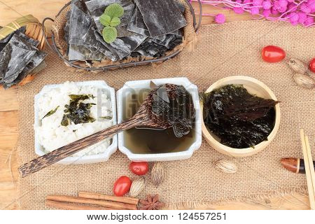 Seaweed soup is delicious and dried seaweed