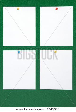 Cuatro piezas en blanco de papel.