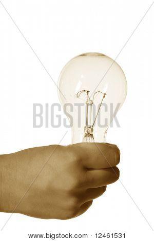 mano tomar electricidad bombilla en los dedos