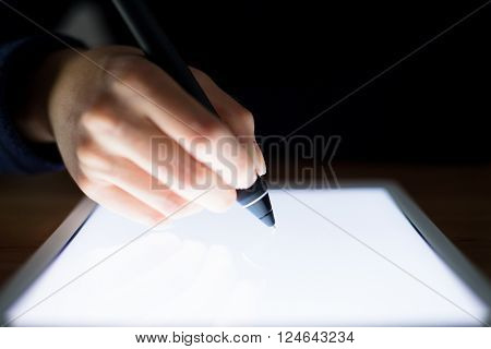 Woman use of pen to write on tablet pc