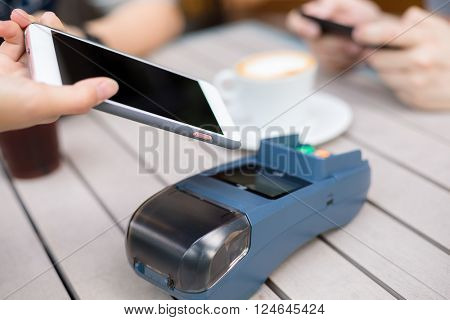 Customer pay by cellphone on pos machine