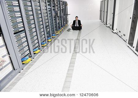 Hombre de negocios practicar Yoga en la sala de servidores de red