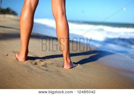 Mädchen bleiben auf Küstelinie