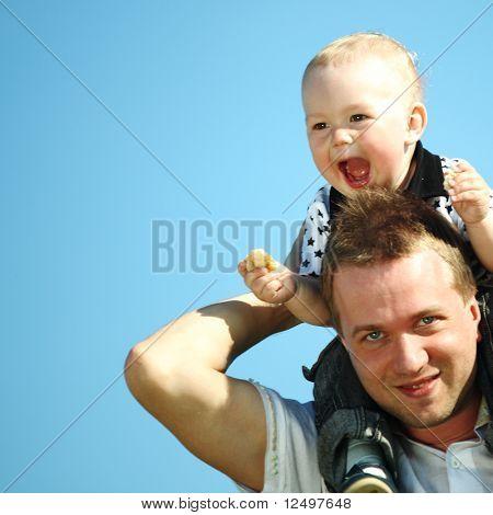 padre e hijo en el cielo azul