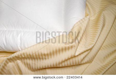 Almohada ortopédica blanca con hojas de color beige