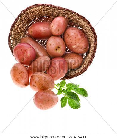 patatas frescas en una cesta aislado en blanco