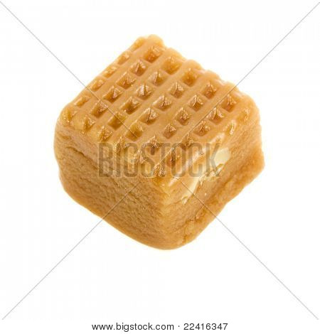 Caramelo con tuercas aislado sobre un fondo blanco