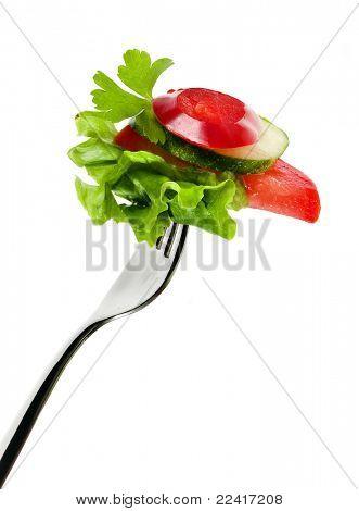 Horquilla con ensalada de verduras aislado en blanco