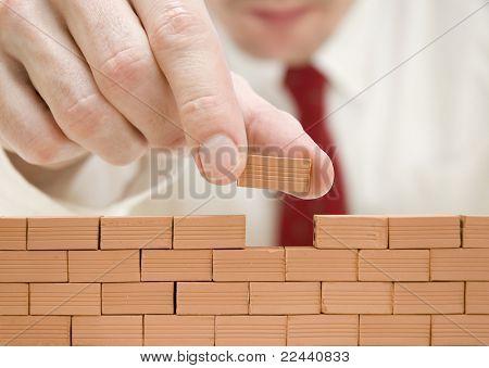empresário, construindo um muro