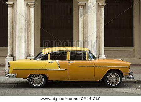 viejo coche amarilla americana en la Habana Vieja. Cuba