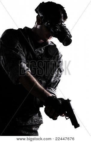 soldado vestindo uniforme de camuflagem urbana com night vision óculos e uma arma sobre fundo branco