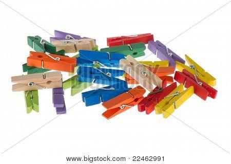 Pinos de roupas coloridas em uma pilha no fundo branco