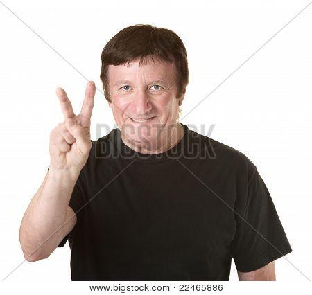 Hombre muestra el símbolo de la victoria