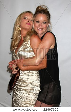 LOS ANGELES - 7 de AUG: Amanda Detmer, Teri Polo llegando a la Disney / ABC Television Group 2011 Su