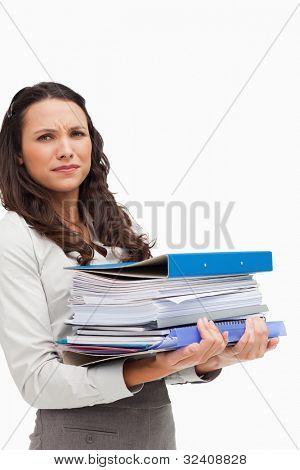 Brünette mit viel Dateien vor weißem Hintergrund