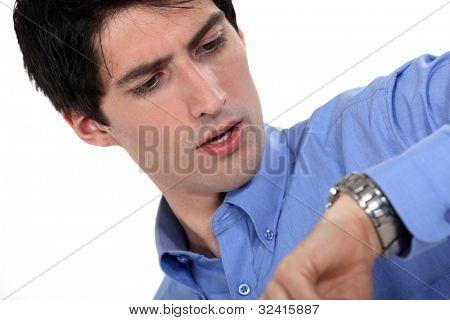 Homem olhando para o tempo