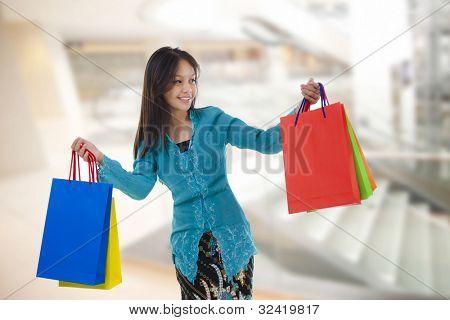 Asiáticos fêmea de raça mista feliz compras em shopping