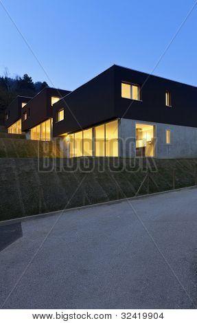 vista del hermoso moderno casas, al aire libre por la noche