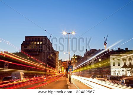 London-Stadtansicht mit Road Light Trail bei Abenddämmerung mit City-Lifestyle-Transport