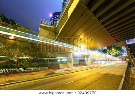urbano da cidade com luz do carro