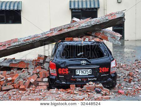 Terremoto de Christchurch - coche aplastado por un muro derrumbado.