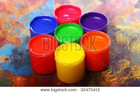 Cerca de latas con pintura colorida