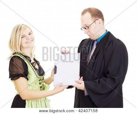 Um executivo de pessoal entrevista uma jovem