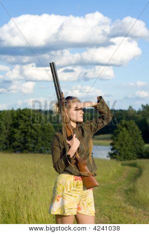 Blondie Girl com um Rifle de caça.