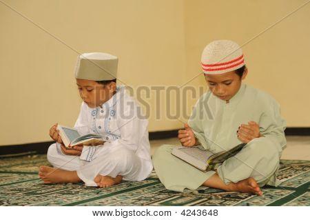 muslimische Kinder lesen koran