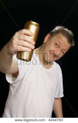 Homem bêbado com lata de cerveja