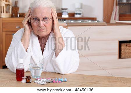 Mulher mais velha com a medicina