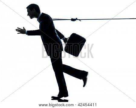 um homem de negócios caucasiano catched pela corda de laço no estúdio de silhueta isolado no fundo branco