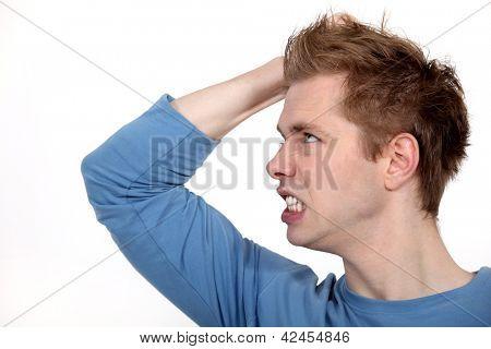 Um homem irritado, descobrindo os dentes