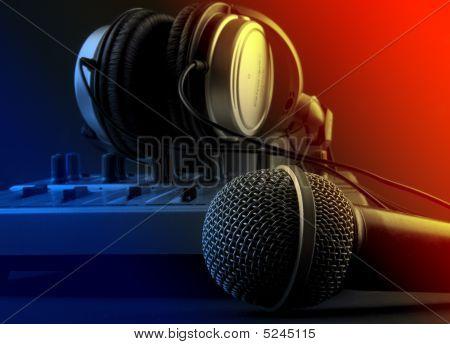 Micrófono con mezclador y auriculares - música estudio conjunto