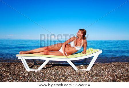 Hermosa mujer relajante en la playa