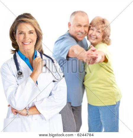 Médico y la pareja de ancianos