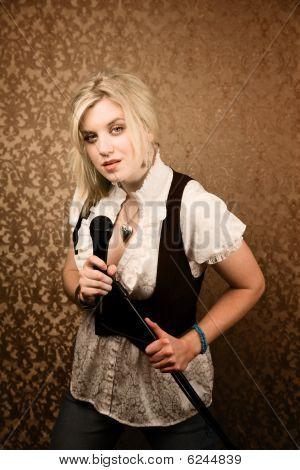 Bastante joven cantante o comediante