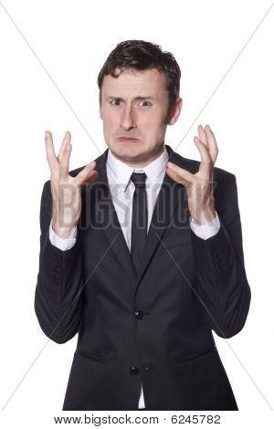 Empresario enojado en un traje negro
