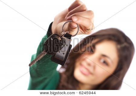 Joven vendedora ofrece las llaves del coche