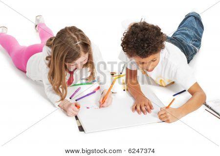interracial Kinder Zeichnung zusammen, isoliert auf weiss